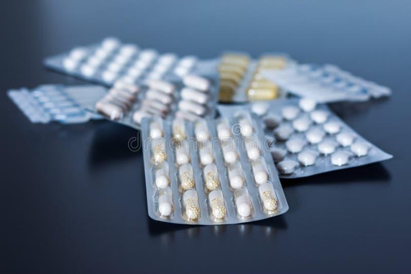Consumo abusivo de drogas: comprimidos ou medicamentos ou medicamentos sobre a mesa fotografia de stock