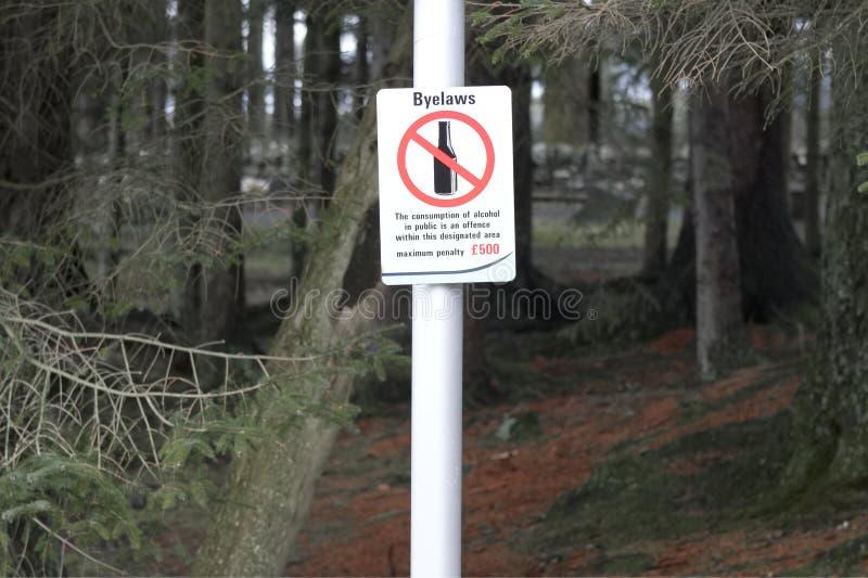 Consumo de bebida del alcohol prohibido en pena y multa de la muestra del área del campo o de la ciudad fotos de archivo