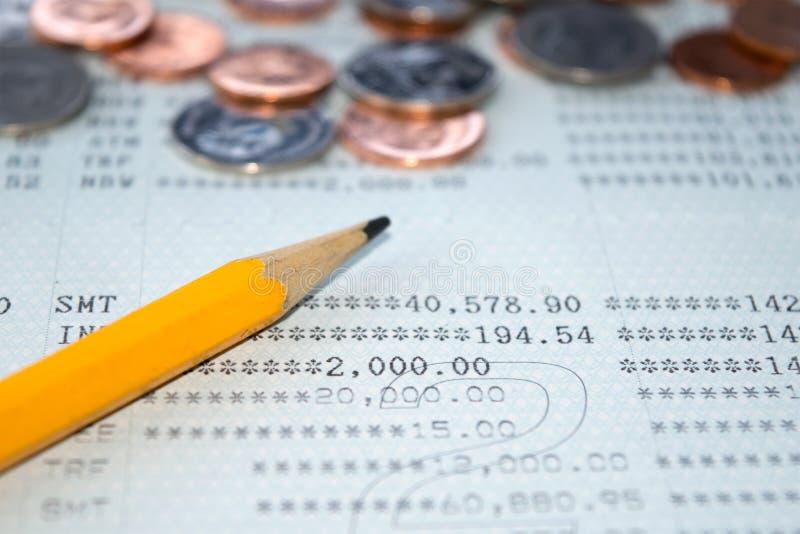 Conta bancária de caderneta bancária de conta da economia e fundo abstrato do lápis e da moeda fotografia de stock