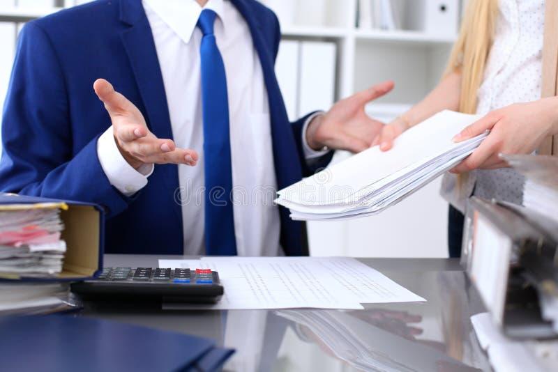Contabile o ispettore finanziario e segretario che stendere rapporto, calcolatore o controllante equilibrio Amministrazione fisca immagini stock