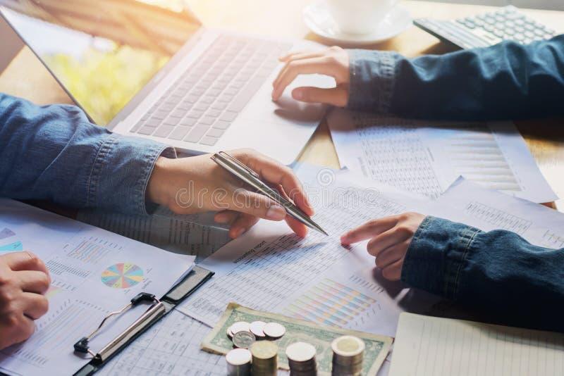 contabilidad de las finanzas de la auditoría del funcionamiento de la reunión del equipo del negocio imagenes de archivo