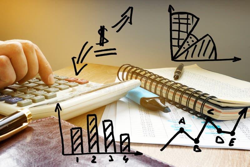 Contabilidad empresarial Hombre de negocios que calcula figuras financieras fotografía de archivo