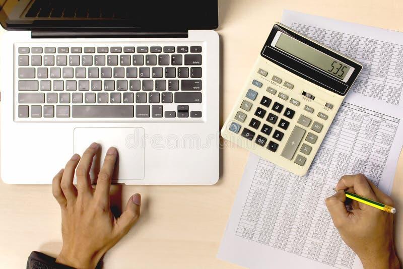 Contabilidad empresarial usando el taptop de la calculadora y del ordenador para la anecdotario fotografía de archivo libre de regalías