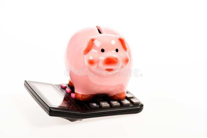 contabilidad Problema financiero moneybox con la calculadora Aislado en blanco gestión del capital de la renta ahorro del dinero imagen de archivo