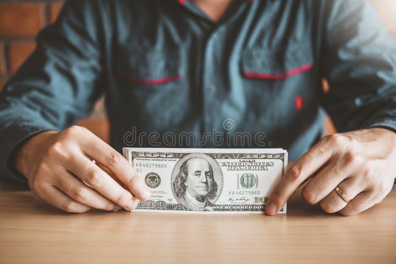 Contabilidade da calculadora do homem que calcula com dinheiro de salvamento crescente do dinheiro do dólar americano fotografia de stock