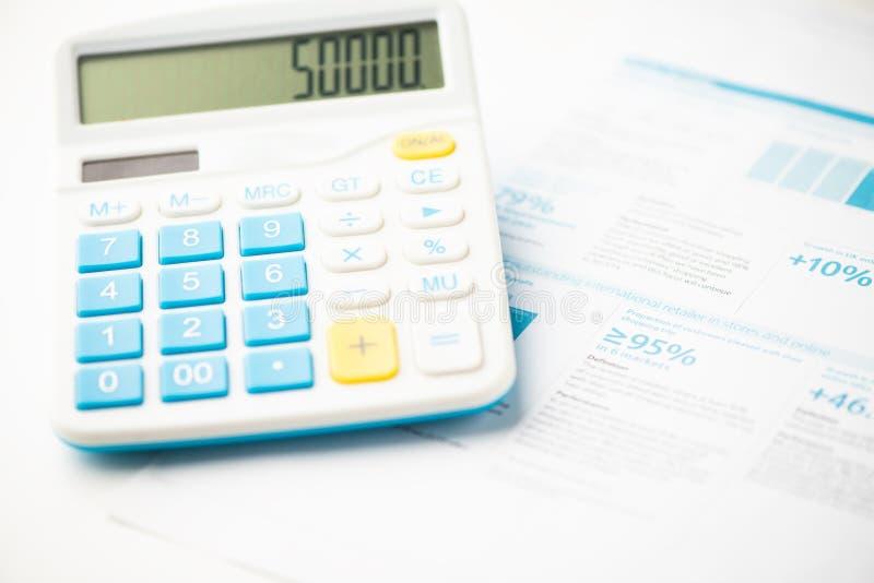 Contabilidade financeira, calculadora e pena fotos de stock royalty free