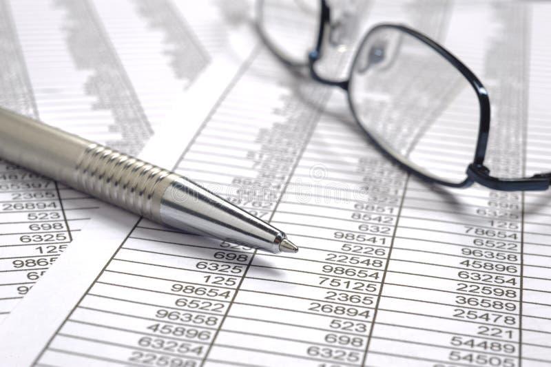 Contabilidade financeira com a folha da tabela do mercado de troca imagem de stock royalty free