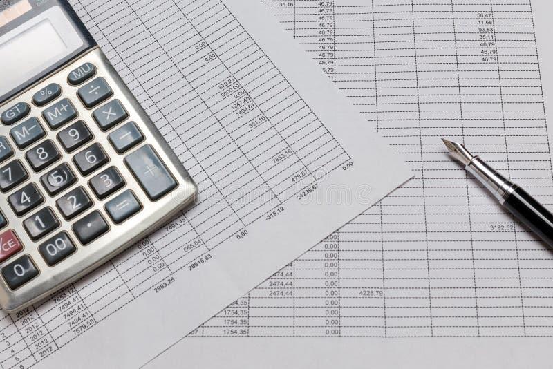 Contabilidade financeira com papéis, pena e calculadora do imposto Feche acima, estilo da configuração do plano imagens de stock