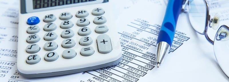 Contabilidade financeira com relatórios de papel e calculadora imagem de stock