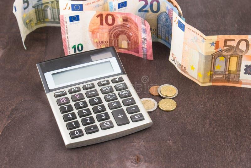 Contabilità e gestione di impresa Euro banconote su fondo di legno Foto per la tassa, il profitto ed il calcolo dei costi fotografia stock