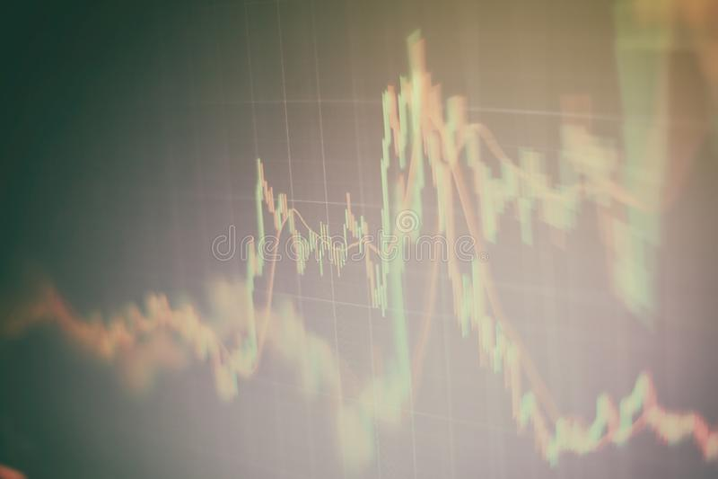 Contabilit? dell'analisi dei grafici del riassunto di profitto Il business plan alla riunione ed analizzare i numeri finanziari p fotografia stock libera da diritti