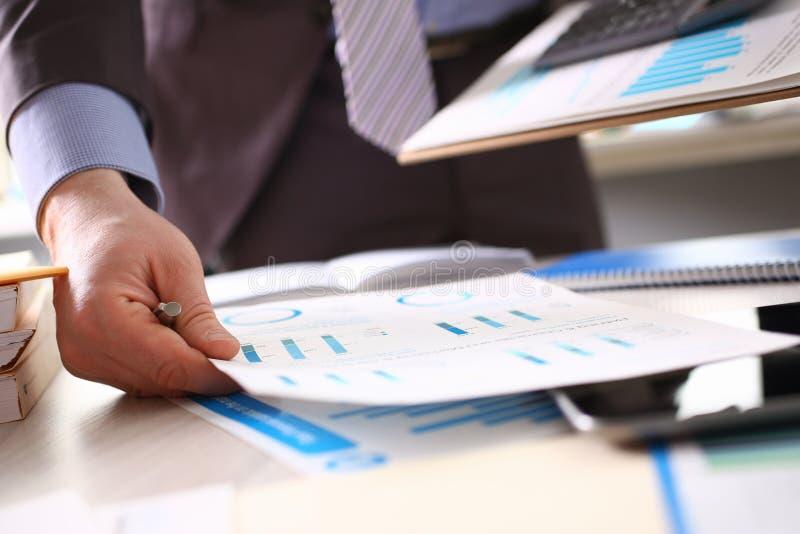 Contable Calculate Tax Income usando la calculadora foto de archivo