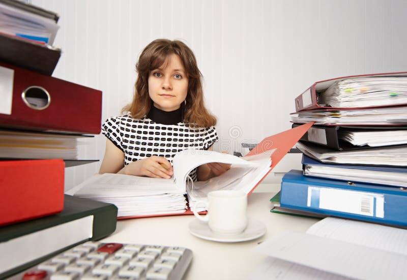 Contable de sexo femenino muy ocupado en oficina foto de archivo libre de regalías