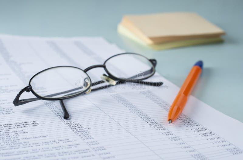 Contable del lugar de trabajo documentos pluma vidrios - Papel para vidrios ...