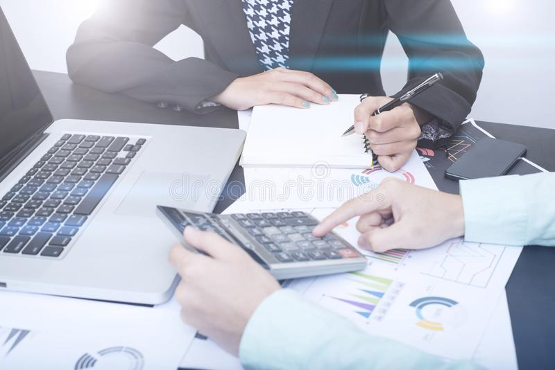 Contable del negocio con el gráfico del documento financiero en oficina imagen de archivo