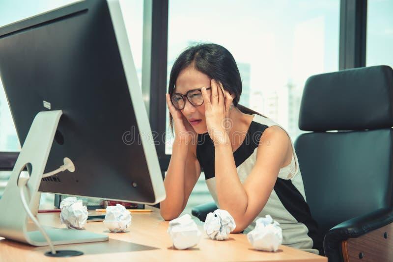 Contable Having Headache While del negocio que verifica el presupuesto de balanza en el lugar de trabajo de la oficina, la enferm fotos de archivo libres de regalías