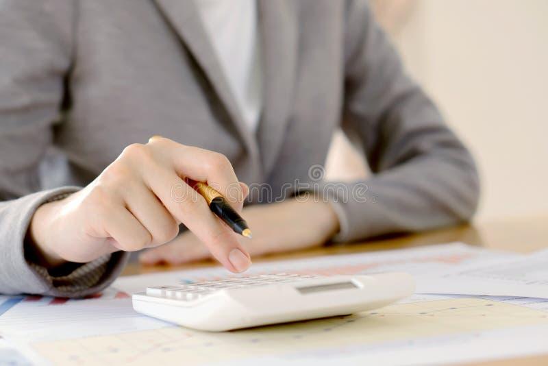Contable o banquero de la empresaria que hace cálculos Sav imagenes de archivo