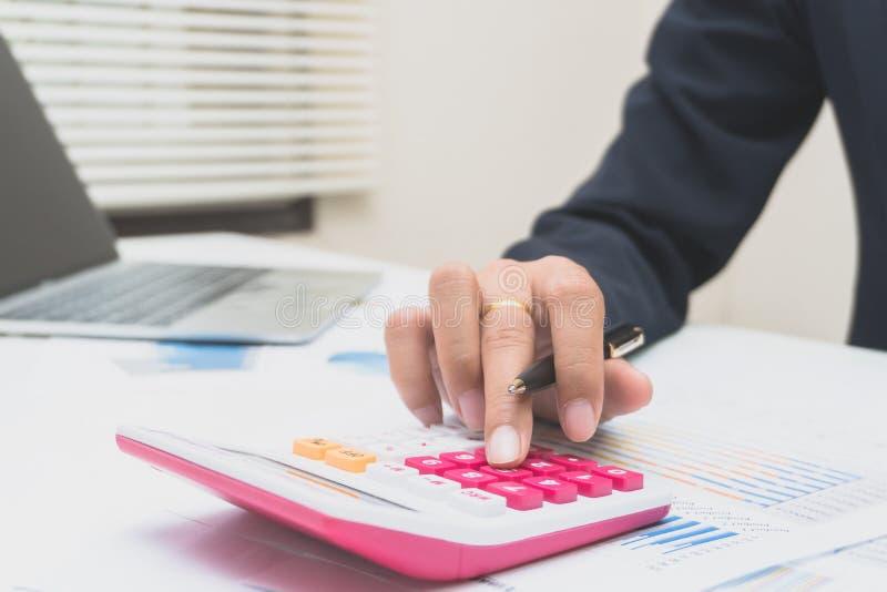 Contable o banquero que hace cálculos Finanzas de los ahorros, del concepto y economía fotografía de archivo