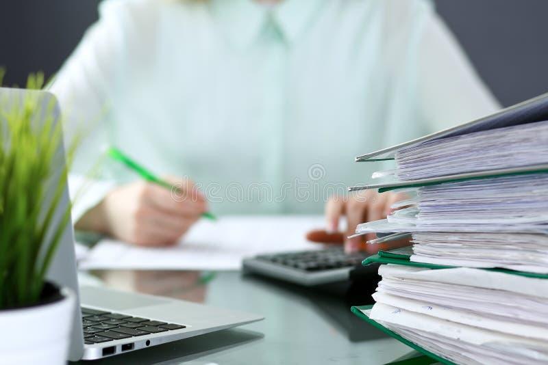 Contable o inspector financiero que hace informe, calculando o comprobando la balanza Carpetas con el primer de los papeles Audit foto de archivo libre de regalías
