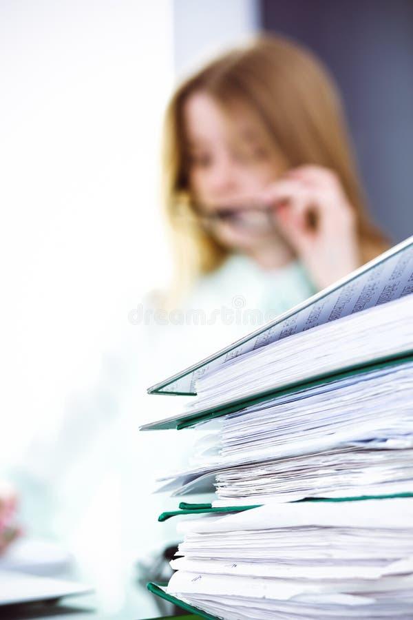 Contable o inspector financiero que hace informe, calculando o comprobando la balanza Concepto del servicio de la auditor?a y del imagen de archivo libre de regalías