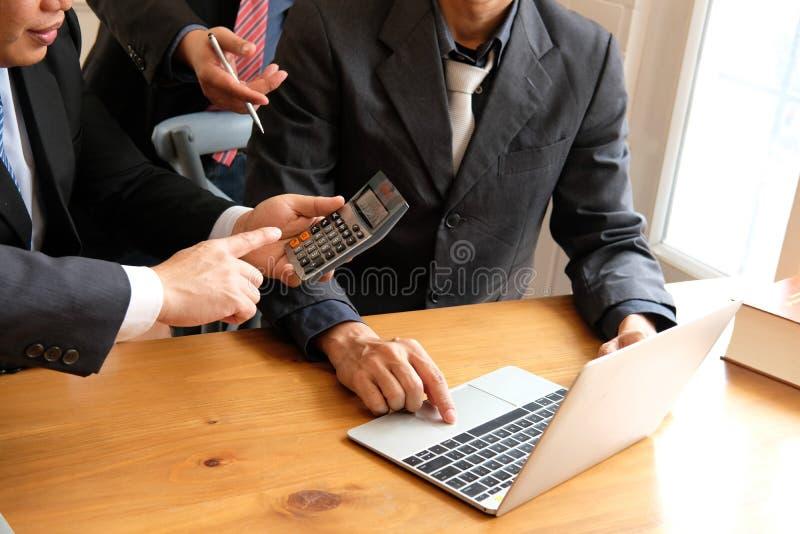 contable que discute con el hombre de negocios auditoría interna p del interventor fotografía de archivo