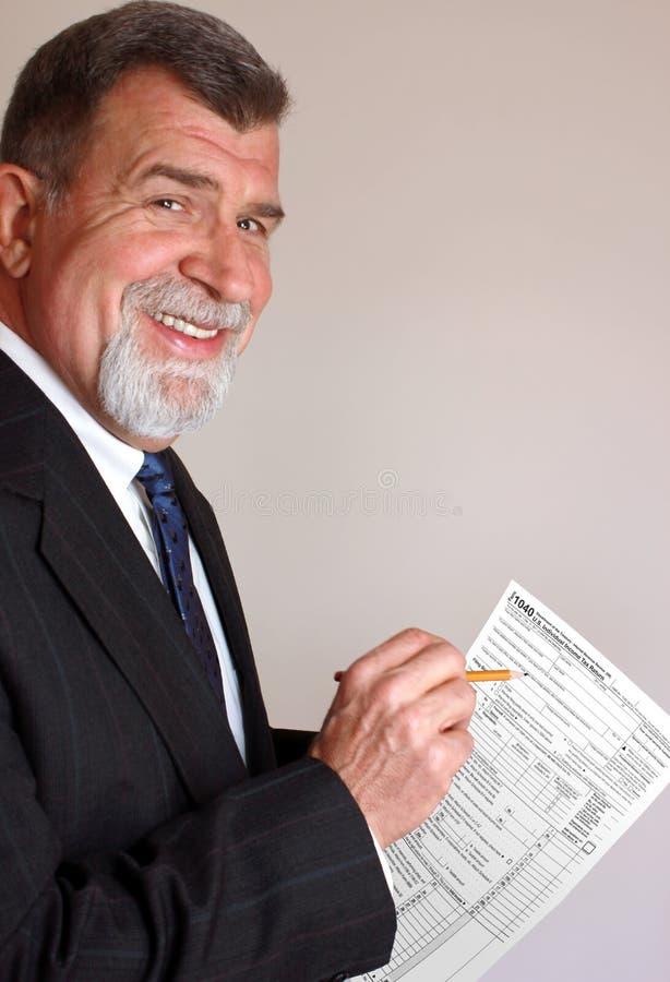 Contable sonriente del impuesto con la forma de impuesto imagenes de archivo