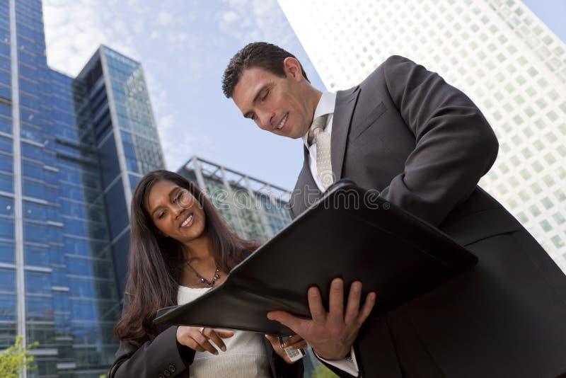 Contact d'équipe d'affaires dans une ville moderne photos stock
