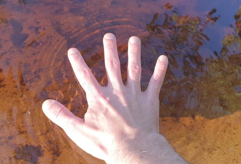 Contact de l'eau brun clair photographie stock