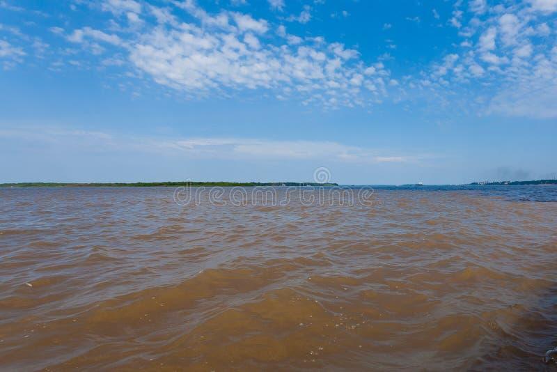 Contact des eaux Confluent brésilien de rivières de Manaus photo libre de droits