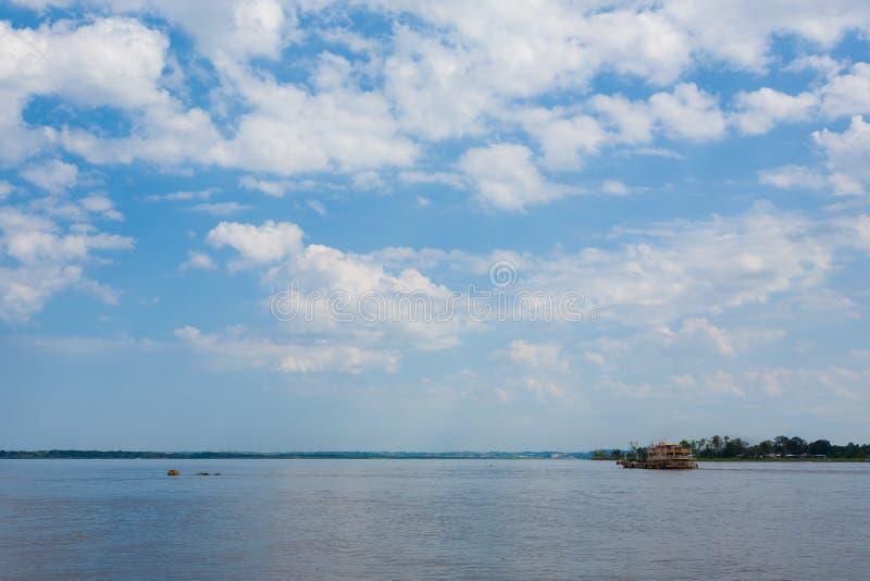 Contact des eaux Confluent brésilien de rivières de Manaus photo stock
