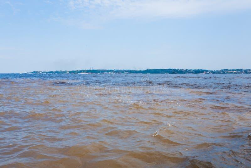 Contact des eaux Confluent brésilien de rivières de Manaus images stock