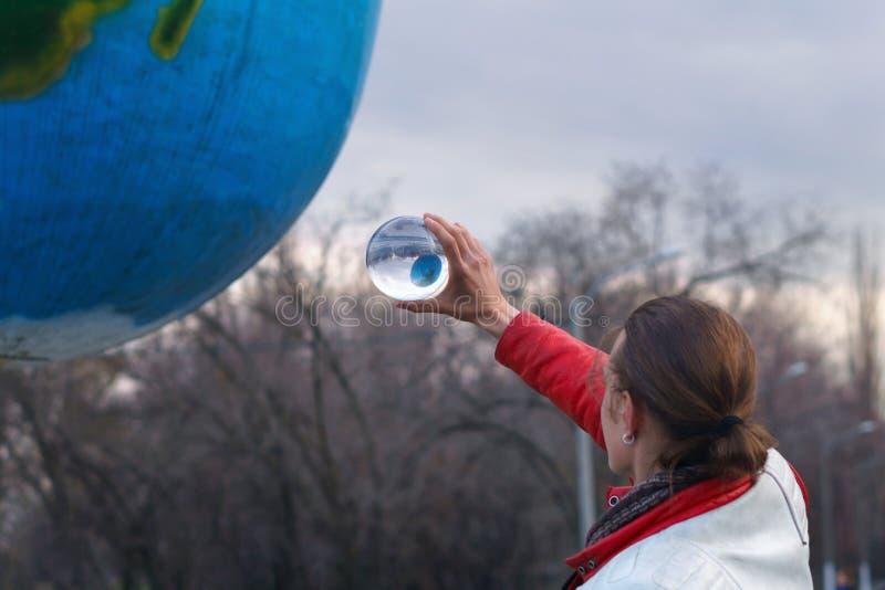 Contact het jongleren met Prestaties op straat stock afbeelding