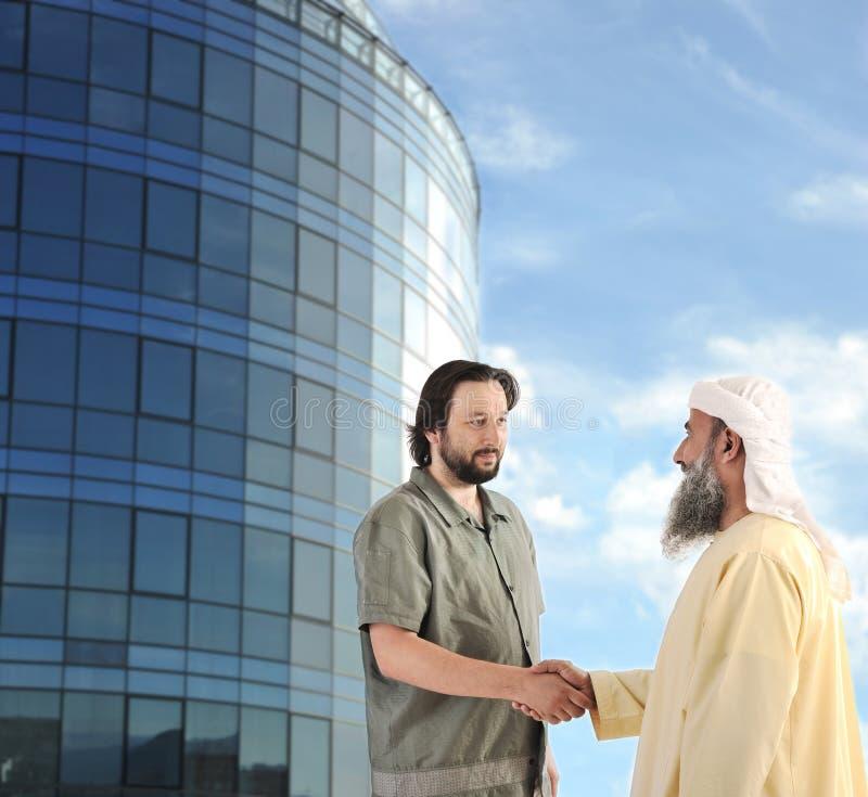 Contact musulman arabe d'homme d'affaires à l'extérieur images stock