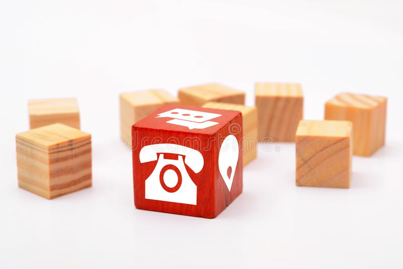 Contacte ícones em dados de madeira vermelhos no fundo branco imagens de stock royalty free