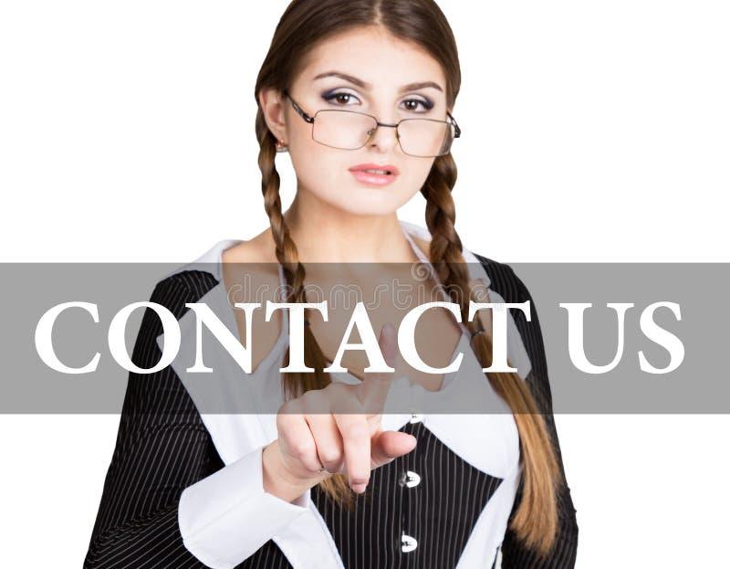 Contacte-nos escritos na tela virtual o secretário 'sexy' em um terno de negócio com vidros, imprensas abotoa-se em telas virtuai imagens de stock royalty free