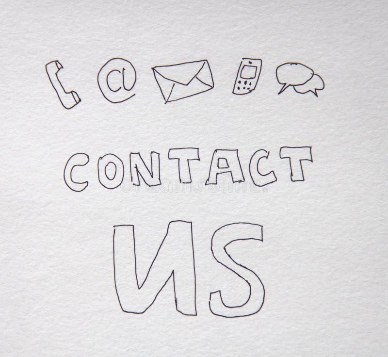 Contacte-nos rotulação escrita à mão no Livro Branco na obscuridade fotografia de stock