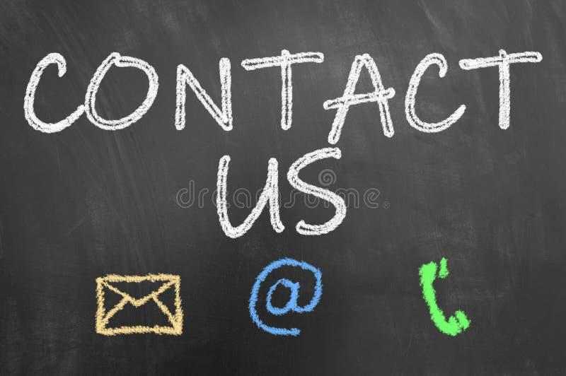 Contacte-nos texto do giz no quadro-negro ou no quadro fotografia de stock royalty free