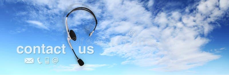 Contacte o conceito, auriculares no céu azul, e contacte-nos texto imagens de stock royalty free