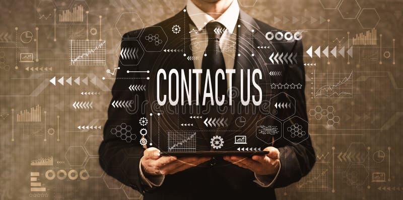 Contactez-nous avec l'homme d'affaires tenant une tablette images stock