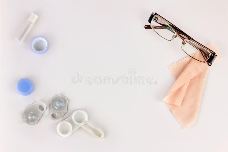 Contactlenzen, glazen en toebehoren op witte achtergrond Ooggezondheid en zorg, zicht en visie, oftalmologie en optometrie stock foto's