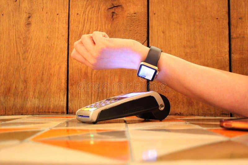 Contactless płatnicza jabłczana zegarka pdq tła kopii przestrzeń z ręką trzyma kredytową kartę płacić zdjęcie stock