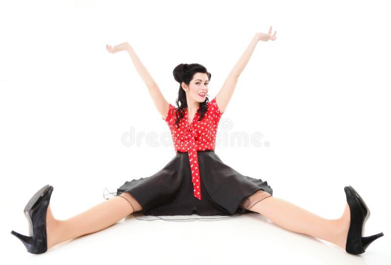 Contacto sonriente encima de la muchacha que se sienta en suelo   foto de archivo libre de regalías