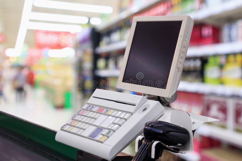 Contador de dinheiro da verificação geral do supermercado com terminal do pagamento fotografia de stock royalty free