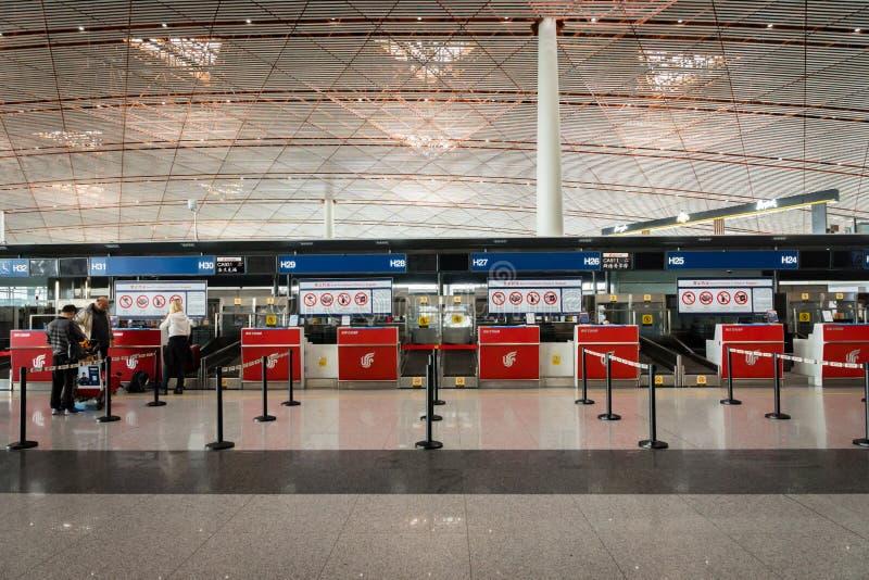 Contador de enregistramiento de Air China en el aeropuerto de Pekín en China imagen de archivo libre de regalías