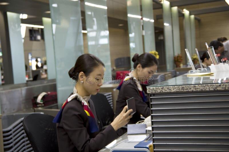 Contador de enregistramiento de Asiana Airlines en el airpor de Inchon foto de archivo