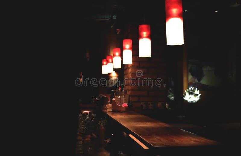 Contador de la barra en el café de la noche imagenes de archivo