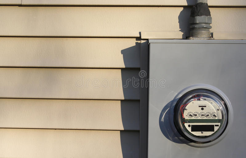 Contador de la electricidad en casa imagen de archivo