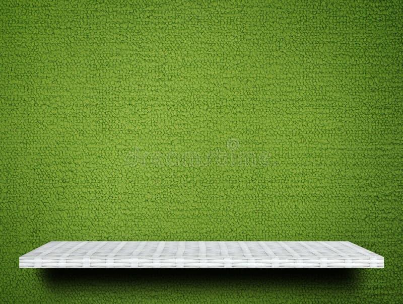 Contador de la exhibición del estante en fondo verde de la alfombra fotografía de archivo