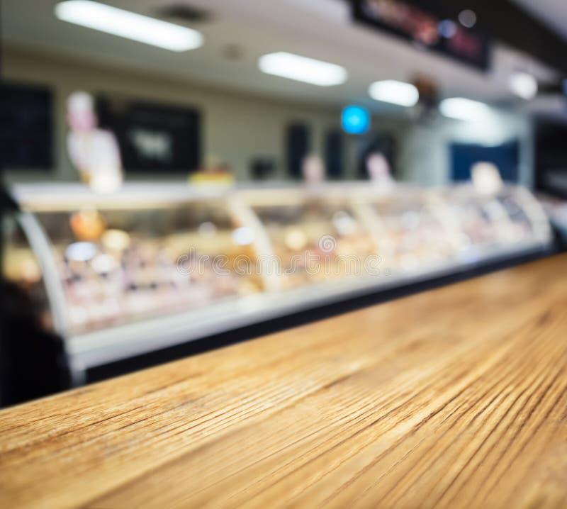 Contador de la sobremesa con la exhibición borrosa de la comida fresca en sorbo fotografía de archivo libre de regalías