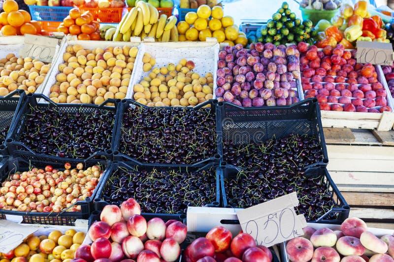 Contador de la tienda de la fruta y verdura de la calle con los cajones fotografía de archivo